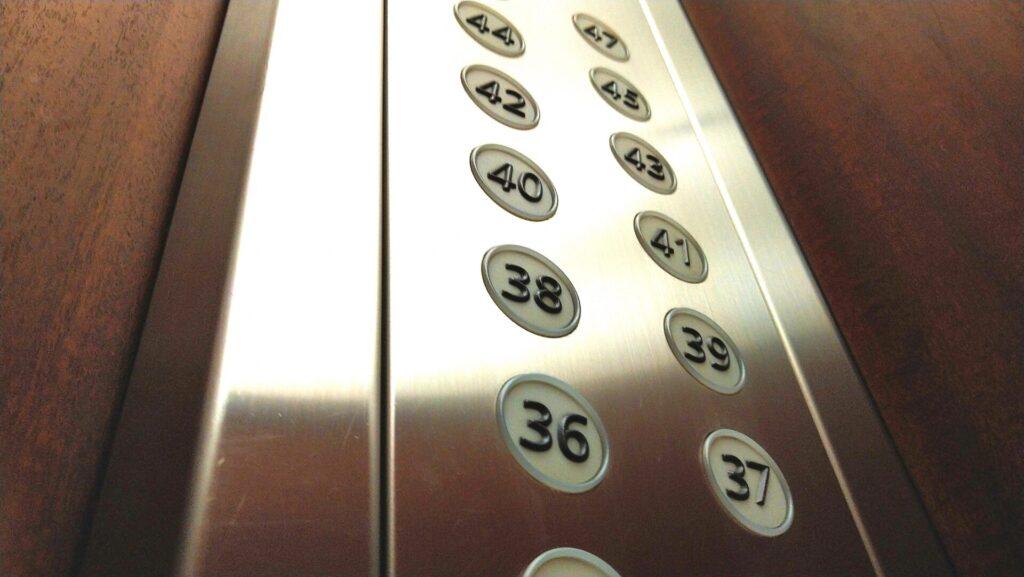 エレベーターに閉じ込められてしまった時のリスク