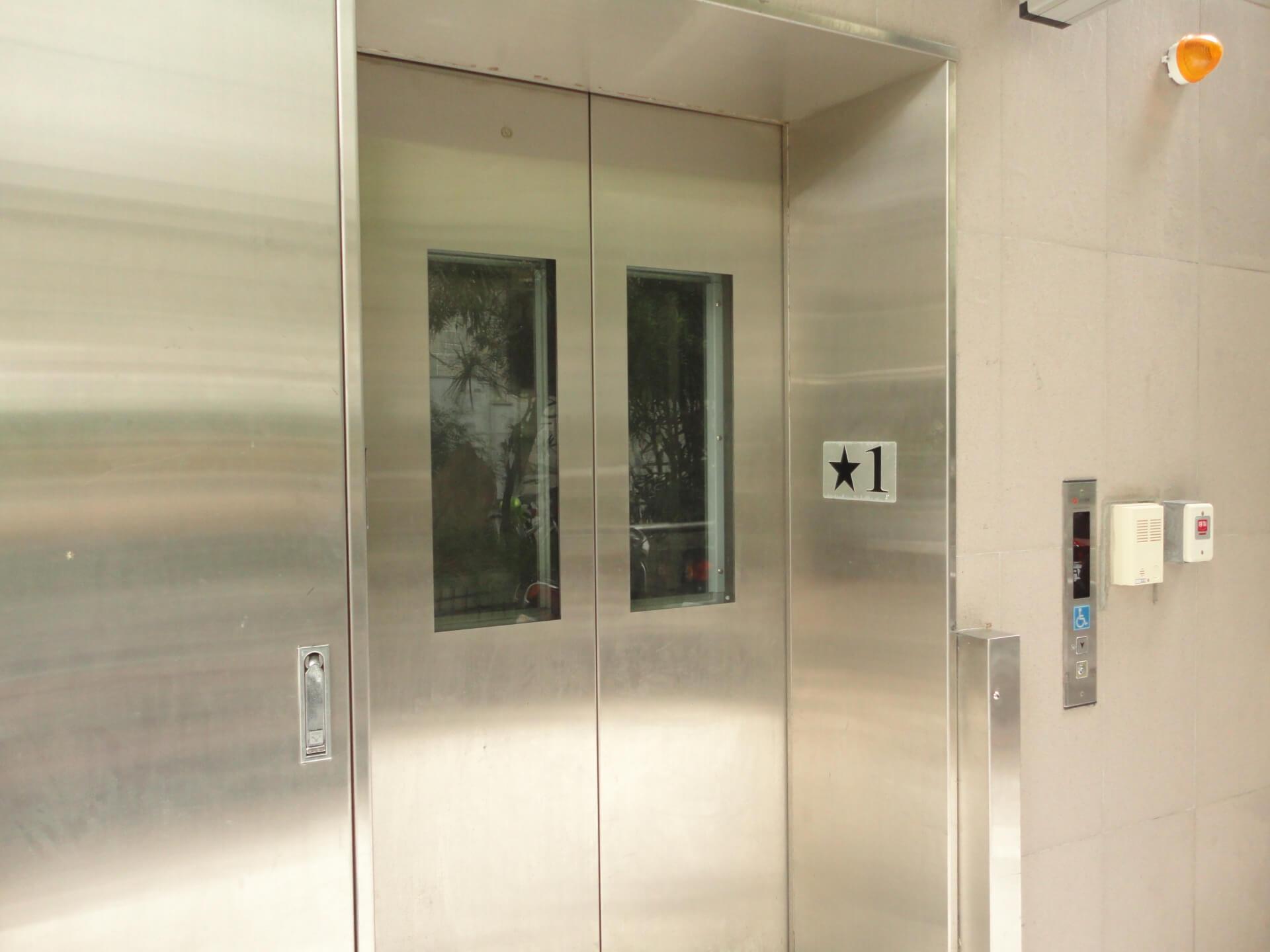 【震災時】エレベーターに閉じこめられた時の対処法